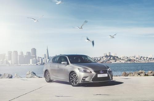 """สัมผัสสุดยอดยนตกรรมไฮบริดแฮทช์แบ็ค...ที่สมบูรณ์แบบยิ่งขึ้น  Lexus CT200h รุ่นปรับโฉมใหม่ """"LIVE PLAY FUN"""""""