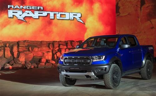 """ฟอร์ดเผยโฉม """"เรนเจอร์ แร็พเตอร์"""" ครั้งแรกของโลก สุดยอดรถกระบะออฟโรดที่สะท้อนนิยาม """"เกิดมาแกร่ง"""" อัดแน่นด้วยดีเอ็นเอของ Ford Performance"""